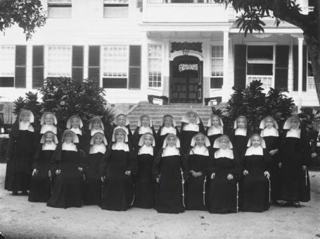 De eerste Zusters van Roosendaal op het terrein achter het klooster aan de HenckArronstraat, waar thans o.a. de Kanselarij van het Bisdom is gevestigd.